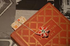 marque-page fleur sur livre ancien